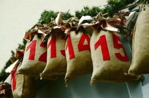 Calendario de Adviento hecho con sacos de jute