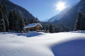 Precioso paisaje nevado. Casita en la montana.
